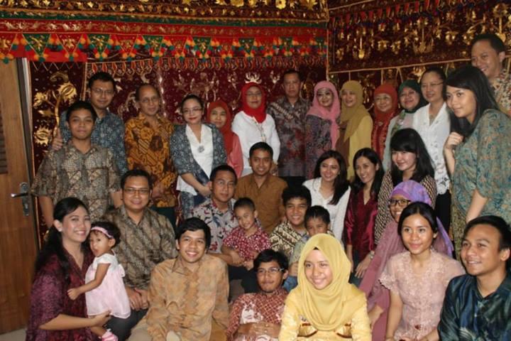 Foto Keluarga di Depan Kain Khas Lampung