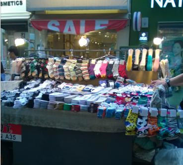 Kaos kaki dengan berbagai desain dan ukuran