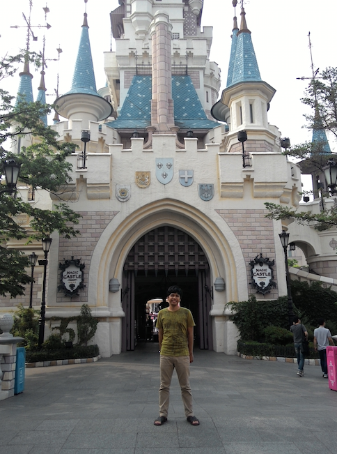 Di depan Castle Lotte World