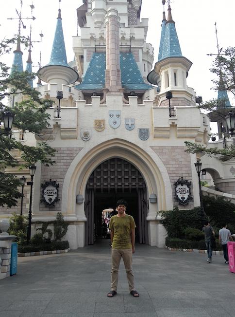 Di depan Castle Lotte World