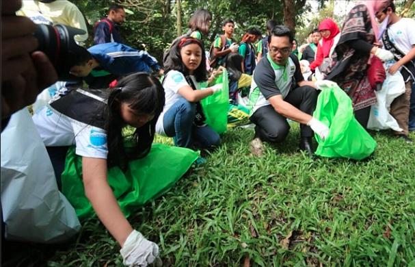 Gerakan Pungut Sampah di Bandung *foto diambil dari instagram ridwan kamil
