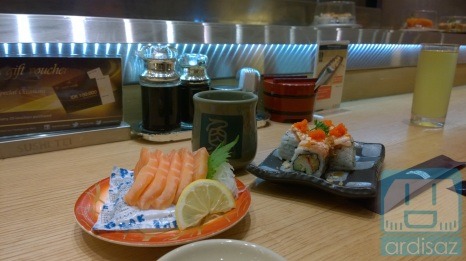 Menu favorit saya (kiri, salmon sashimi) dan istri (kanan, Salmon Crispy Aburi)