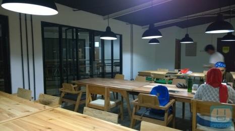 Ruang tengah yang luas, bisa buat meeting ato kerja bareng