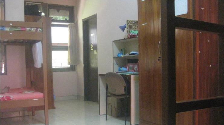 Layout kamar yang kecil tapi dipake berempat :D
