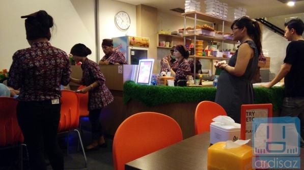 Suasana Ngileer Cafe BSD dari dalam 1
