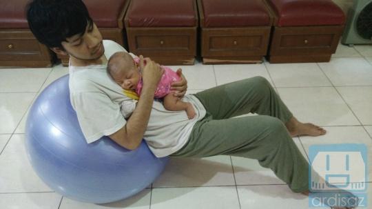 Kombinasi Gymball dan tidur di atas dada