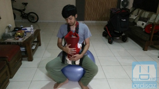 Menggunakan Gymball dan Baby Carrier untuk Nidurin Jenna
