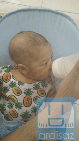 Minum dari soft cup feeder (botol sendok lunak)