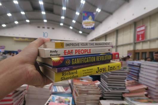 Masih banyak buku yang menunggu dibaca, direview, dan di-giveaway